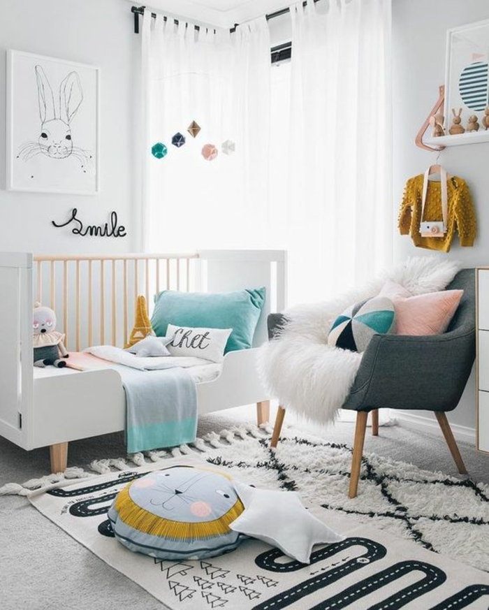 babyzimmer gestalten weißer hintergrund bunte möbel bunte dekorationen kissen teppich babyklamotten