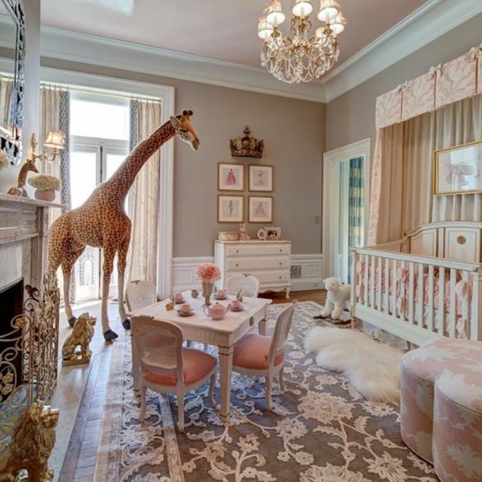 babyzimmer gestalten buntes babyzimmer giraffe dekorationen tisch stühle lampe blume am tisch rosa pelzteppich
