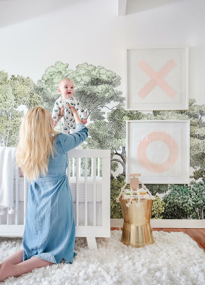 babyzimmer gestalten mama mutter und baby spielen zusammen weißes babyzimmerdeko goldene deko wandtapeten