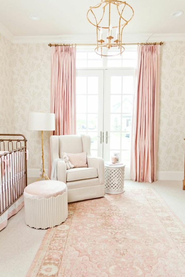 babyzimmer gestalten lampe golden weißer sessel hocker lampe teppich babybett vorhänge rosa fenster