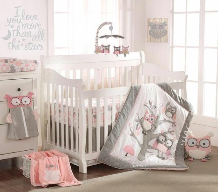 babyzimmer gestalten ideen in weiß grau und rosa eulen dekoration decke babybett wandtattoo spielzeuge