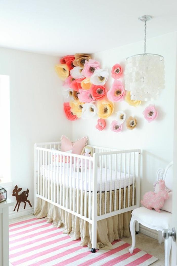 babyzimmer gestalten babybett in weiß und beige rosa papierblumen bunte ideen teppich in weiß und rosa