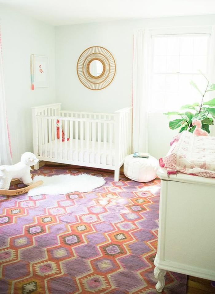 babyzimmer gestalten ideen bunter teppich goldener spiegel weißes babybett spielzeuge im babyzimmer mädchen