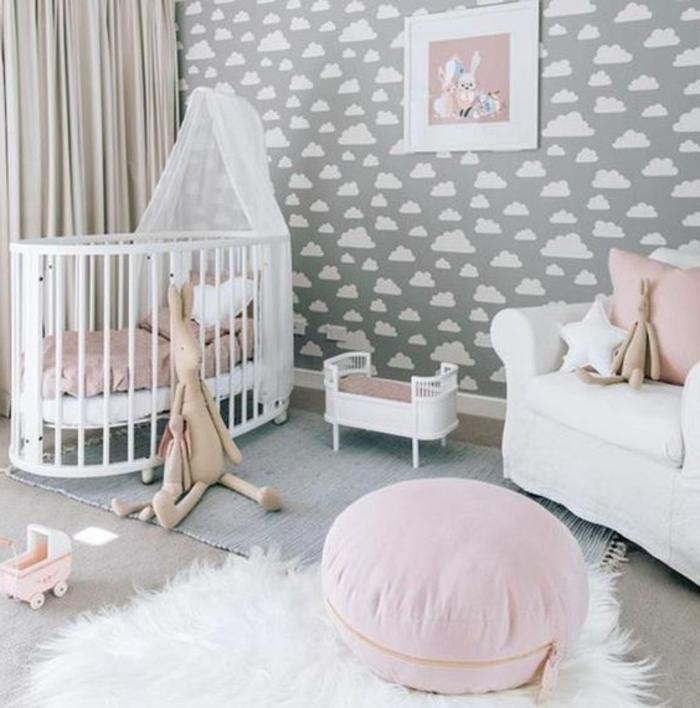 kinderzimmer einrichten ideen weißer pelzteppich babybett in weiß wandtapeten wolken wanddeko bilder hocker