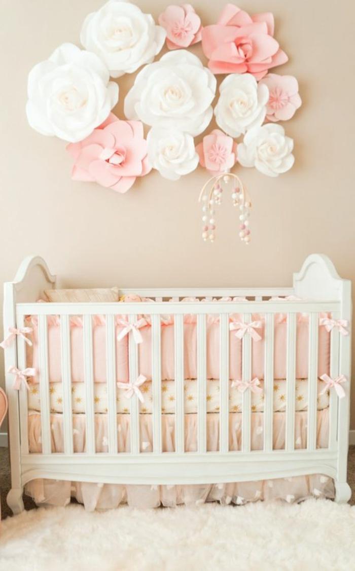 kinderzimmer einrichten babybett als zentrum des zimmer rosen papierblume dekoration für baby mädchen diy