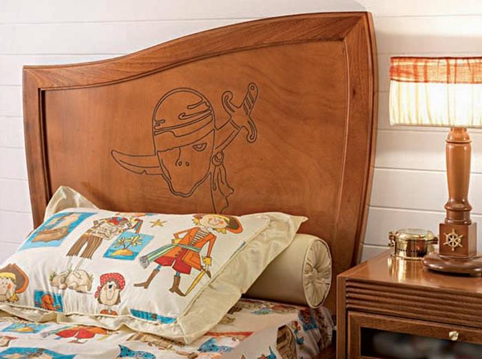 eine Schnitzerei von Piraten auf dem Bett von dem Kind - Piraten Kinderzimmer