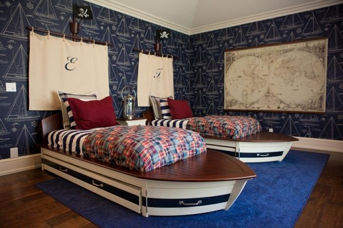 zwei Bette wie Schiffe mit Segel darüber mit der Initialen der Kinder - Piraten Kinderzimmer