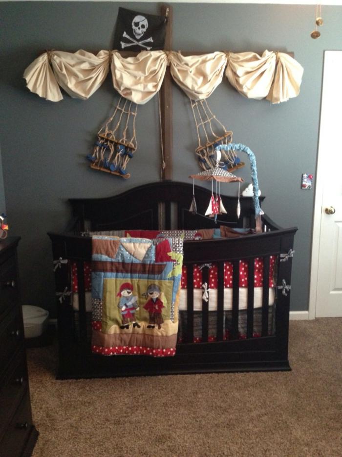 Piraten Babyzimmer mit Babybett wie ein Schiff mit Segel selbstgebastelte Mobile