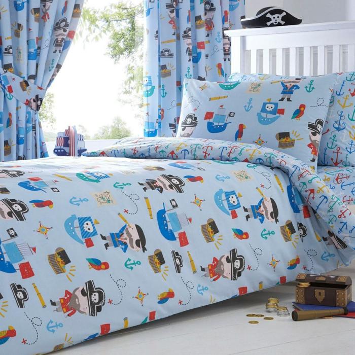 Bettwäsche und Vorhänge in blauer Farbe mit gleichen Motive von Piraten - Piraten Kinderzimmer