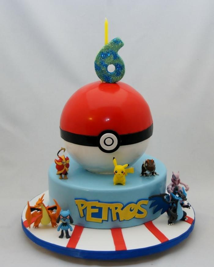 schön aussehende pokemon torte mit einem großen roten pokeball und kleinen verschiedenen pokemon wesen, ein gelbes pikachu und drachen pokemon, dragon pokemon