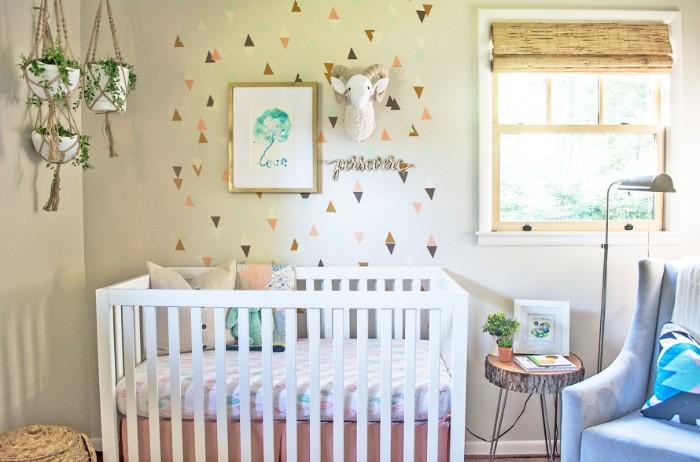 kinderzimmer baby mit toller wanddeko, dekorationen und einrichtung im babyzimmer