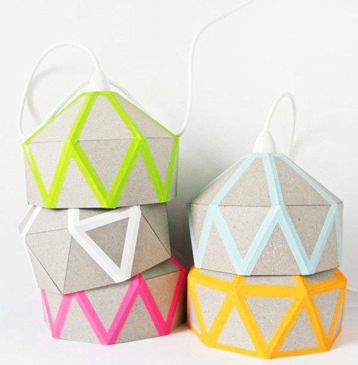 interessante Modelle von Karton-Lampenschirmen mit farbigem Tessaband an den Kanten