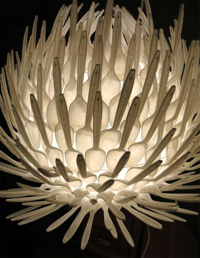 weißer Lampenschirm mit Wasserlilienform aus kleinen weißen Plastiklöffeln
