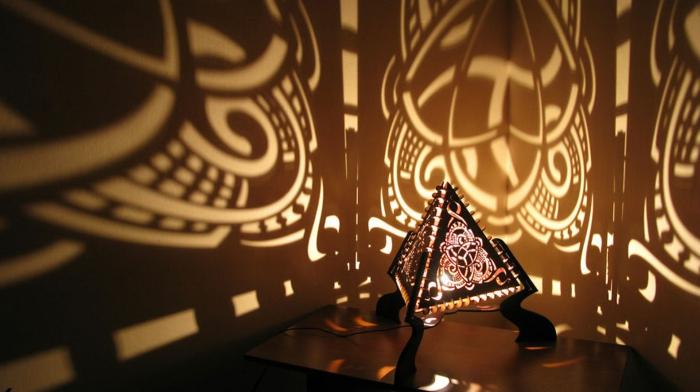Lampenschirm in Triangelform aus schwarzem Leder mit Löchern, Mandala, interessante Lichtschatten