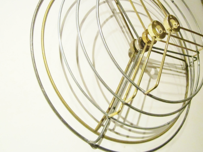 Lampe selber bauen: Lampenschirm aus metallen Lampenschirm-Ringen basteln, Metallfarbe, Goldfarbe