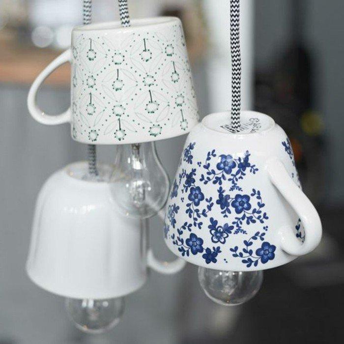 kleine Lampenschirme aus alten Kaffeetassen mit kleinen blauen und grünen Blumen