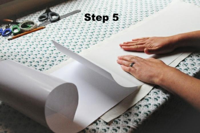 Lampe selber machen: DIY Lampenschirm, weiße Aufklebefolie, Nähstoff, Scheren, Bleistif, Lineal, Basteltisch