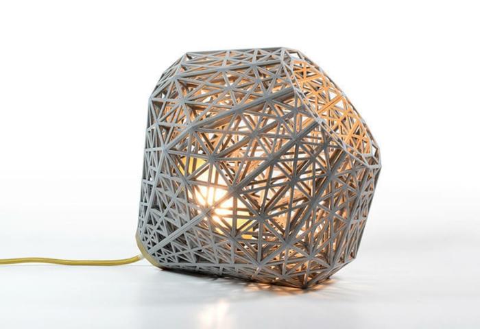 Lampe selber bauen: Lampenschirm aus Karton mit der Form eines Diamantes, gelbe Schnur