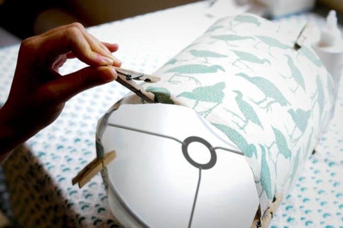 Lampen selber machen: Lampenschirm-Ring, Nähstoff mit grünen Flamingos, Wäscheklammer aus Holz