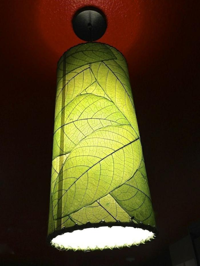Lampenschirm aus großen grünen Blättern, aufgeklebt auf Leder, angenähte Kanten, runde Form, Zylinderform