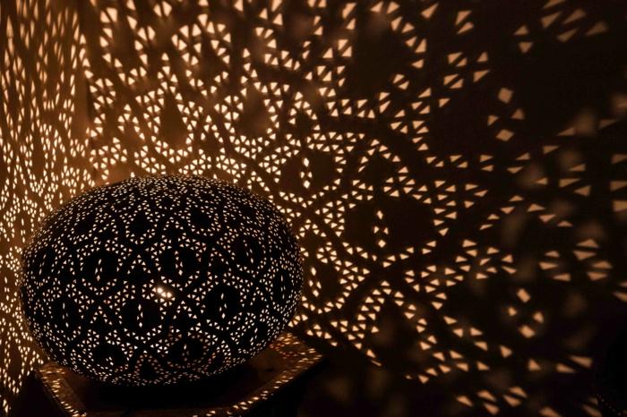 DIY Lampenschirm aus schwar gefärbtem Leder mit kleinen Löchern, die das Licht durchlassen