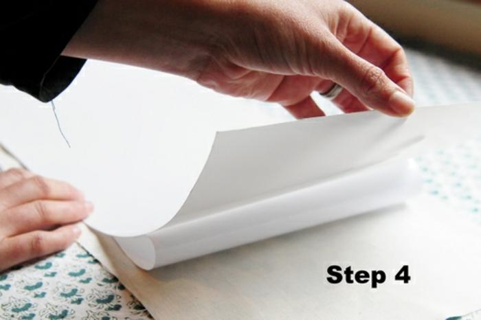 Lampenschirme selber machen; ein großes Stück weiße Aufklebfolie auf ein Stück Nähstoff aufkleben