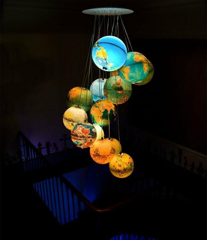 Lampenschirme-Globen, die wie die Planeten aussehen, Aufstellung im Kindermuseum