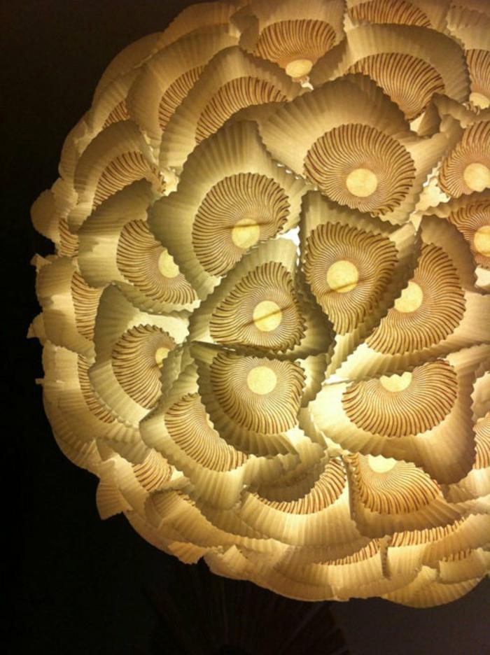 selbstgemachter Lampenschirm aus weißem Papier, gefaltet mit einer Origami-Technik