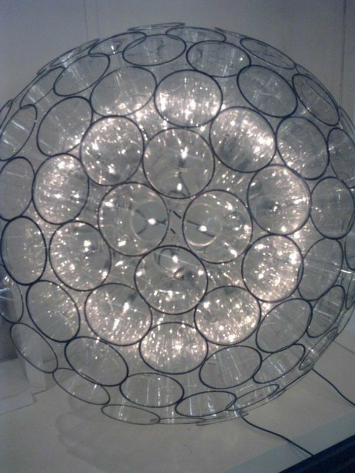 selbstgebastelter Lampenschirm aus kleinen transparenten Plastikbechern, runde Form