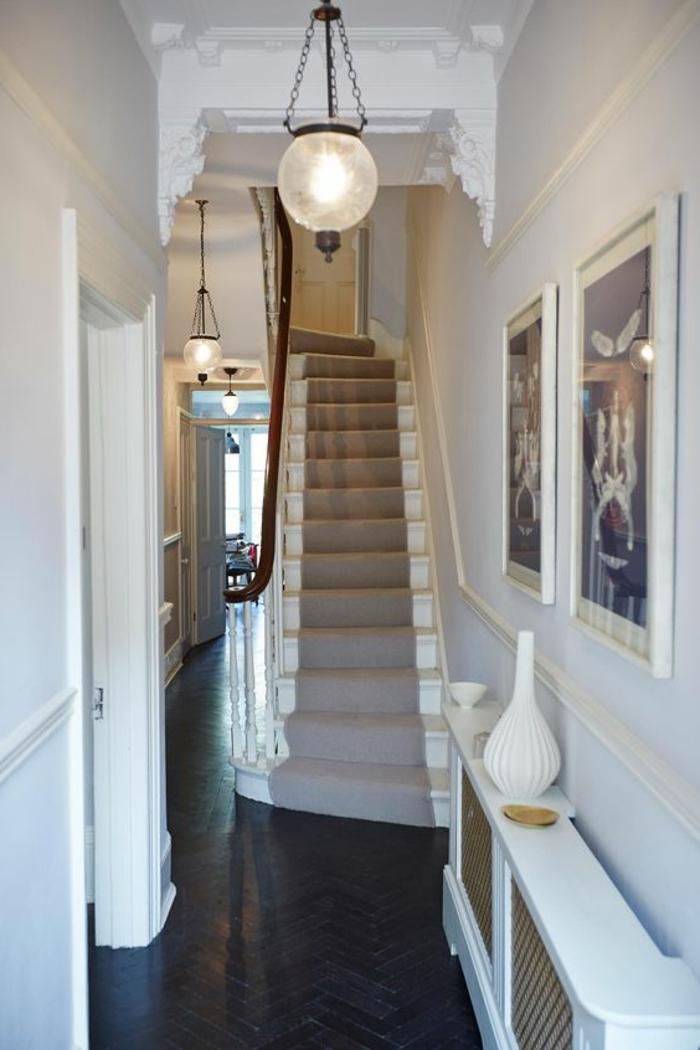 lange Treppe mit Treppenteppich gestalten und Bilder dekorieren