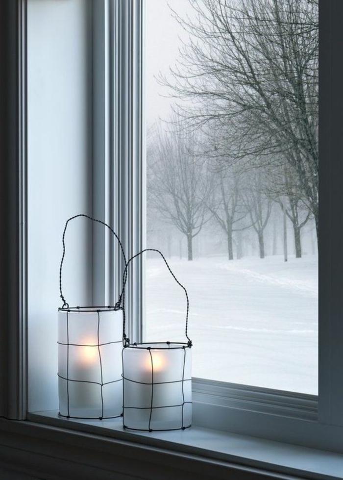 weiße laterne aus wachspapier mit schwarzem aufhänger aus draht, fenster, winter
