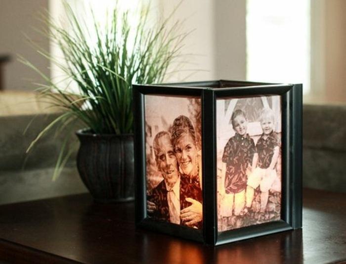laterne aus schwarz-weißen fotos mit schwarzen bilderrahmen, grüne pflanze