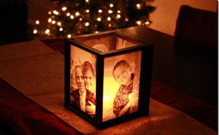 familienfotos, schwarze rahmen, tisch, weihnachtsbaum, pergamentpapier, diy deko