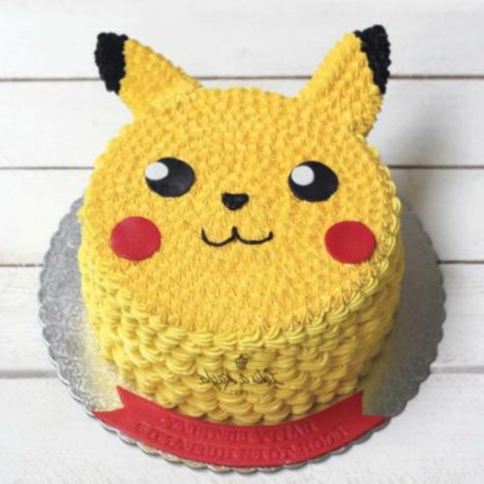 eine gelbe pokemon torte - hier ist ein pikachu mit roten backen und schwarzen augen