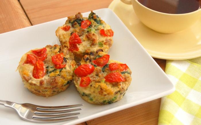 rezepte vegetarisch eier muffins mit tomaten pesto käse mozzarella spinat minze gabel kaffee
