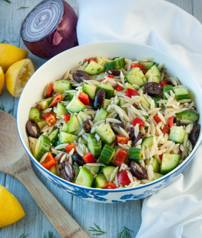 vegetarisch kochen salat mit orzo gurken tomaten petersilie paprika zwiebel zitrone lecker ernährung