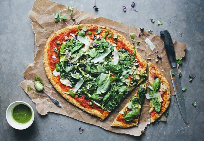pizza ohne mehl selber zubereiten vegetarisch kochen pizzaboden aus blumenkohl füllung tomaten käse rucola