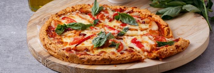 rezept vegetarisch pizza ohne mehl und ohne fleisch spinat basilikum deko mozzarella tomatensoße