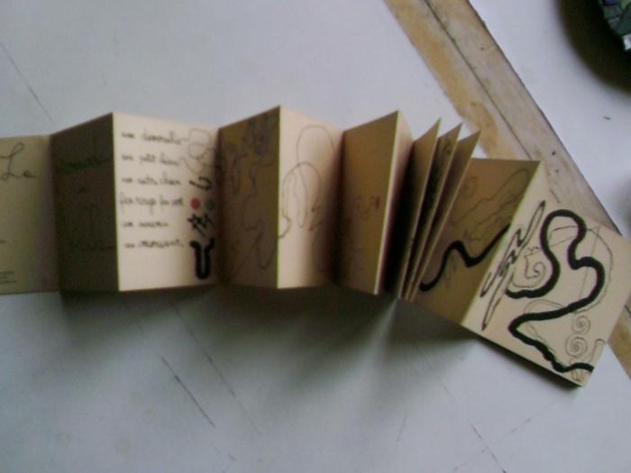 Leporello basteln aus Karton mit Aufschriften und kleine Bilder in brauner Farbe