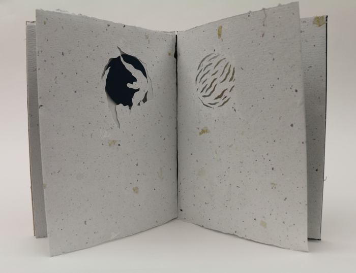 Faltbuch - schlaue Weise die Teile auszuschneiden in grauer Farbe