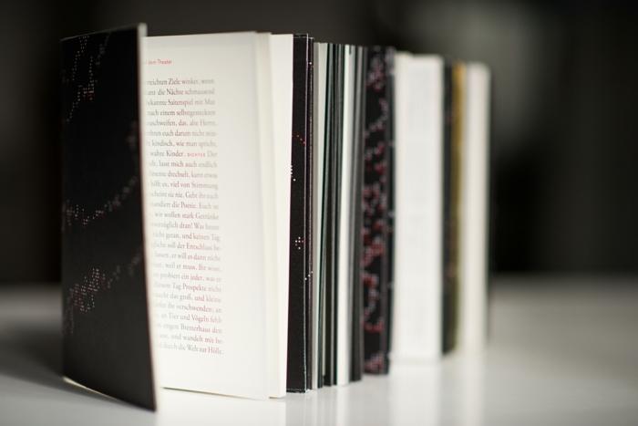 schwarzer Umschlag wie ein echtes Buch aussehend Faltbuch mit roter Schrift