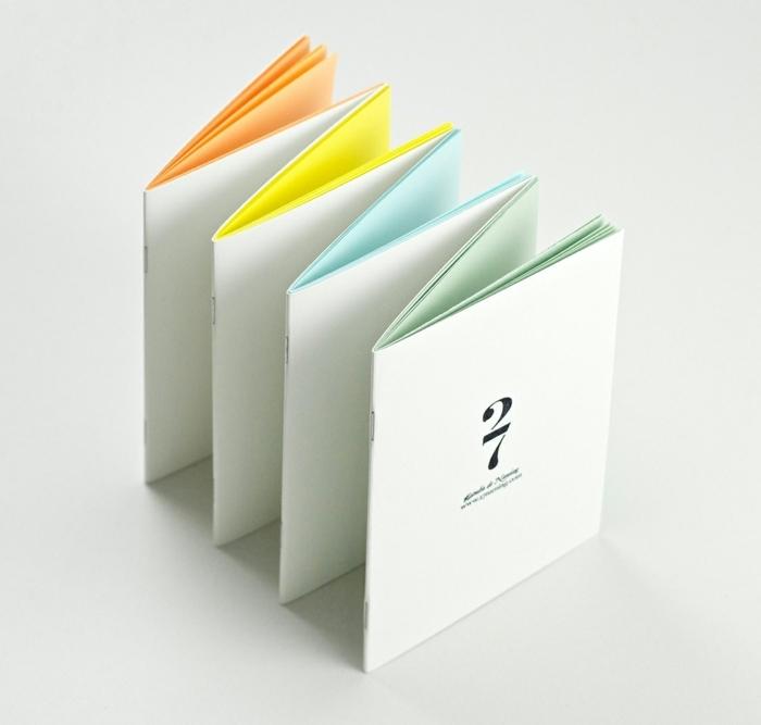 weißer Umschlag und bunte Blätter in oranger, gelber, blauer und grüner Farbe - Faltbuch