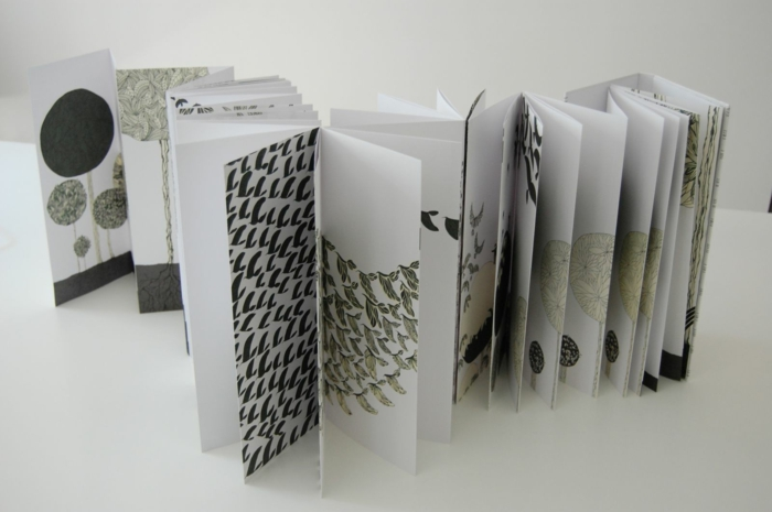 Flyer Falten - schwarz und weiße Illustrationen von Vögeln und Bäumen