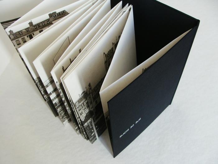 Flyer falten, schwarz weiße Fotos aus einer Stadt mit schwarzem Umschlag