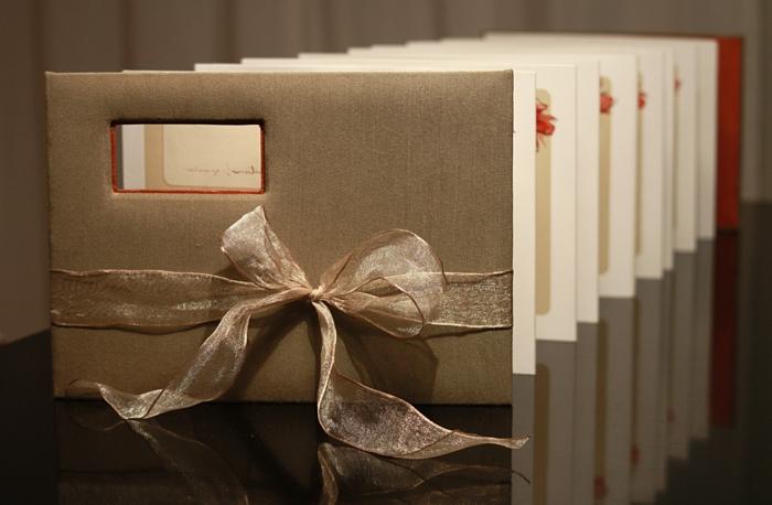 ein brauner Umschlag mit Band und Loch, Seiten wie Karten - Flyer falten