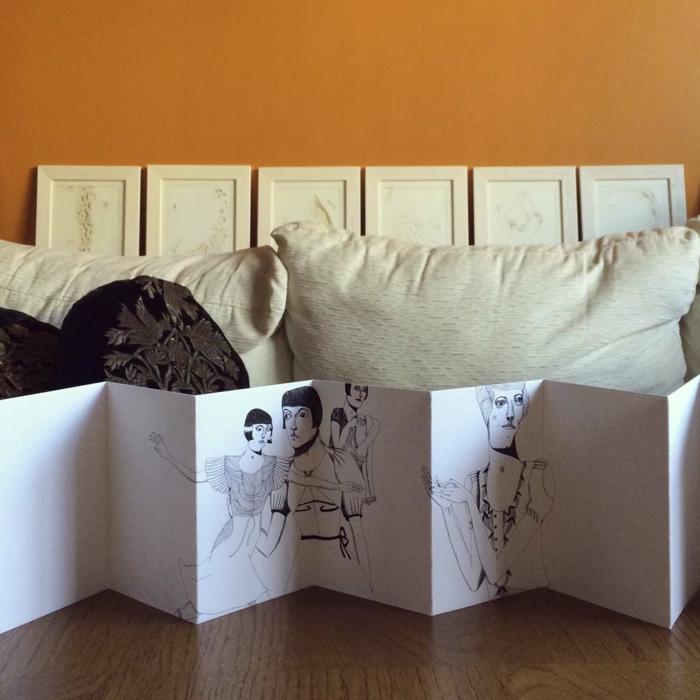 was ist ein Leporello - die Zeichnung einer Frau zusammengeklappt um Geschichte zu erzählen