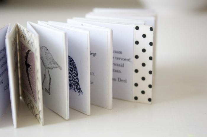 Leporello selber machen mit Vögeln und Geschichte -weißer Umschlag auf schwarze Punkten