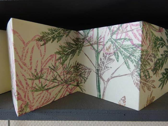 rosa Blume und grüne Pflanze auf Bilder -Leporello selber machen