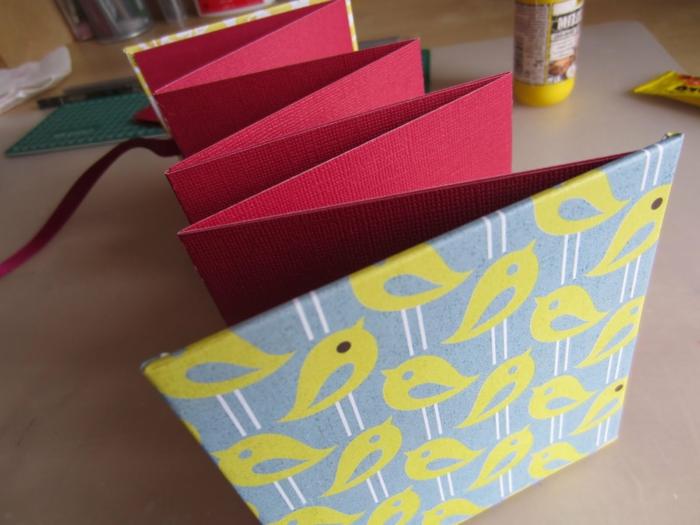 gelbe Vögel auf blauen Hintergrund auf dem Umschlag rote Blätter - Leporello selber machen