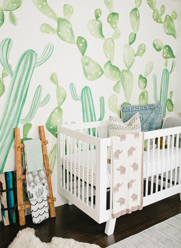 wandtattoo kinderzimmer mädchen, kaktus motive, deko in weiß und grün, baby bett und leiter an der wand